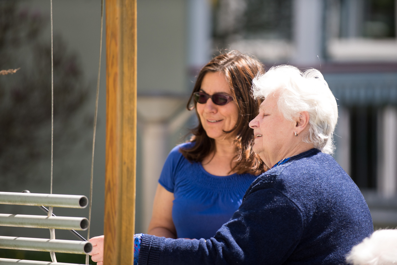 Seniorin und Mitarbeiterin am Klangelement im Garten